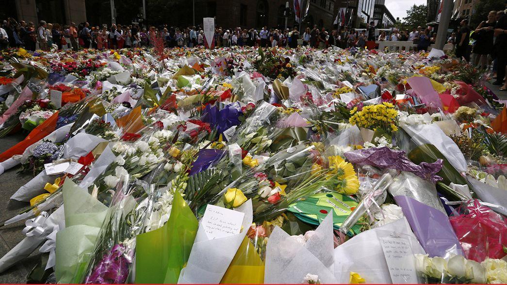 """تدفق المئات إلى ساحة """"مارتن"""" في سيدني لوضع أكاليل من الزهور"""