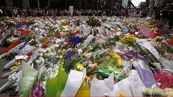 Σίδνεϊ: Μια θάλασσα λουλούδια για τα δύο θύματα της ομηρίας