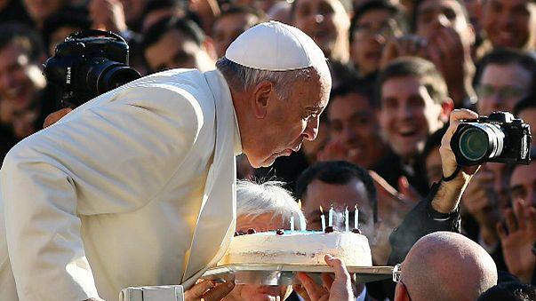 البابا فرانسيس يطفأ شمعته 78