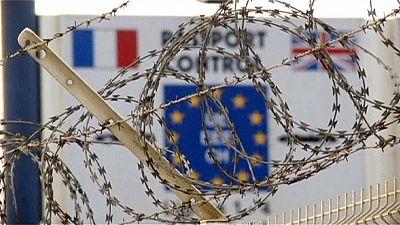 """Calais protesta contra """"el muro de la vergüenza"""" anti inmigrantes"""