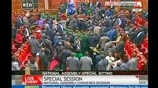 Дебаты в парламенте Кении: вода, бумага,  кулаки