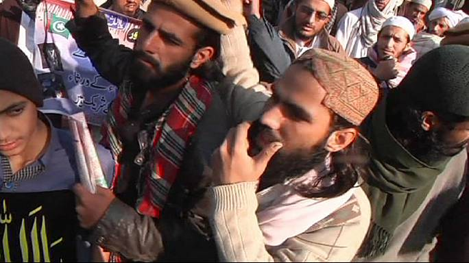 مظاهرات منددة بجريمة مدرسة بيشاور في باكستان