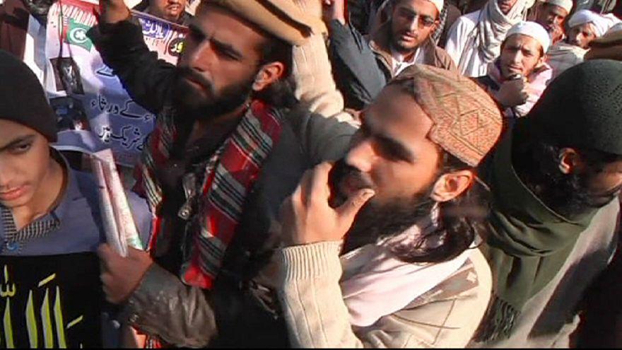 """Pakistan in piazza contro la strage dei bambini: """"Taleban senza religione"""""""
