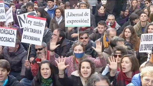 """Spagna, in migliaia protestano contro la """"legge bavaglio"""" approvata dalla Camera"""