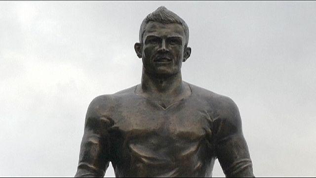 نجم ريال مدريد كريستيانو رونالدو يدشن تمثالا له بمسقط رأسه