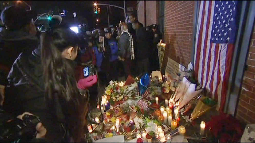 Fiori candele e tanta commozione alla veglia funebre per i due poliziotti uccisi a Brooklin