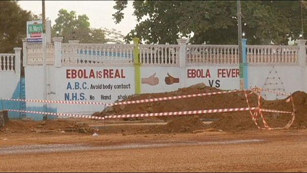 Egy orvos gyógyítja az ebolásokat Sierra Leone egyetlen ellátóhelyén