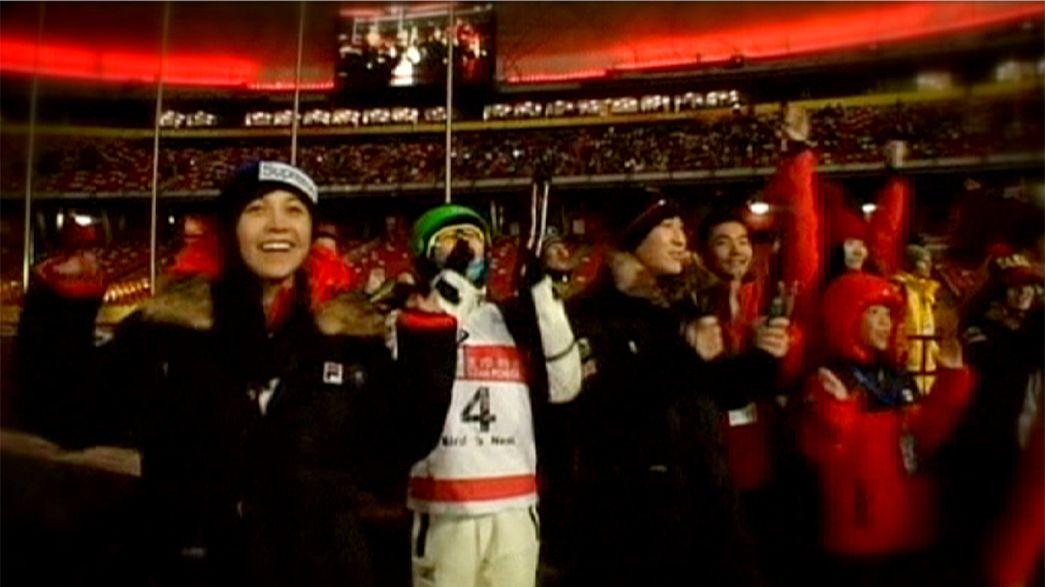 El equipo chino muestra sus acrobacias en la Copa del Mundo de Esquí Freestyle