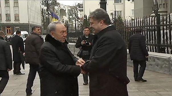 Kijev: a kazah elnök támogatja Porosenkót
