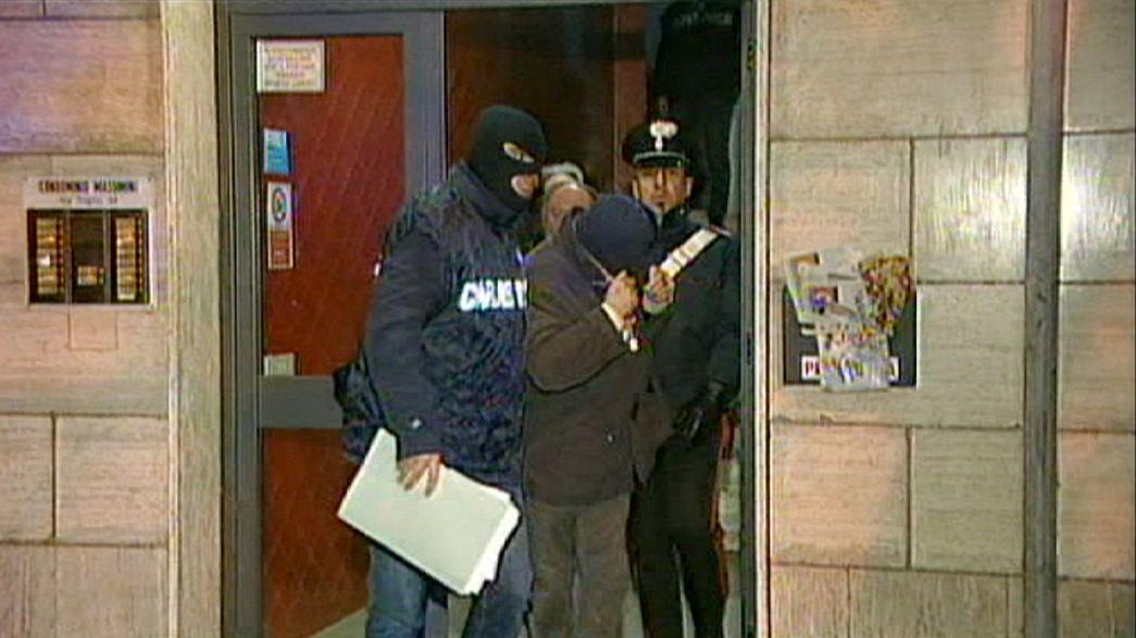 In Italia, bliz dei carabinieri del Ros ferma gruppo clandestino neo nazista: quattordici arresti e trentuno indagati.