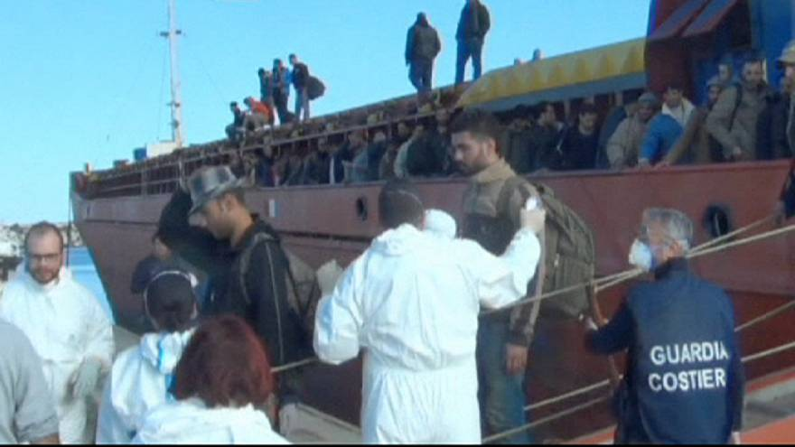 Италия: береговая охрана перехватила грузовое судно с нелегалами