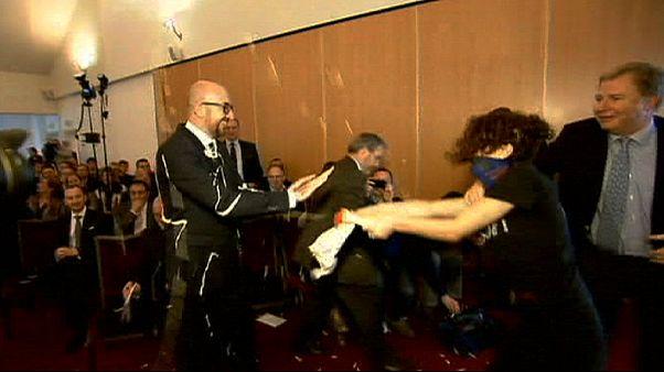 Atacan al Primer Ministro belga patatas, ketchup y mayonesa