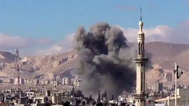قتلي و جرحى بينهم أطفال في غارات للقوات السورية على عدة مناطق في البلاد .