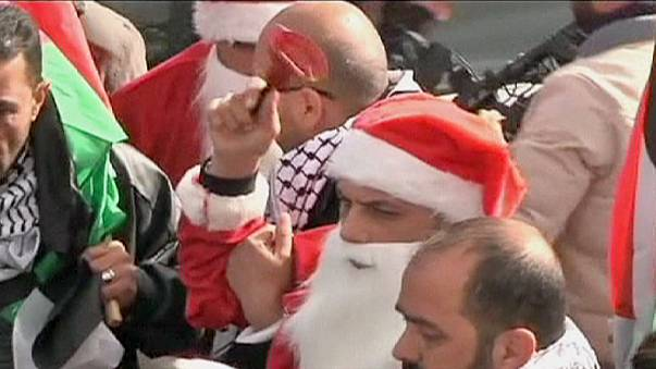 Enfrentamientos entre agentes israelíes y palestinos vestidos de Papá Noel