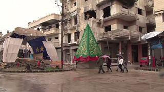 زينة الميلاد وشجرته تضيء الدمار الرمادي في حمص