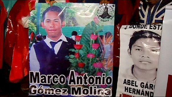 Meksika'da kayıp öğrencilerinin ailelerinden gösteri