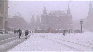 Hó bénítja a Moszkvába vezető utakat