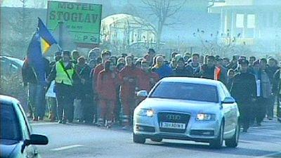 200 parados bosnios marchan hacia Croacia en busca de trabajo.