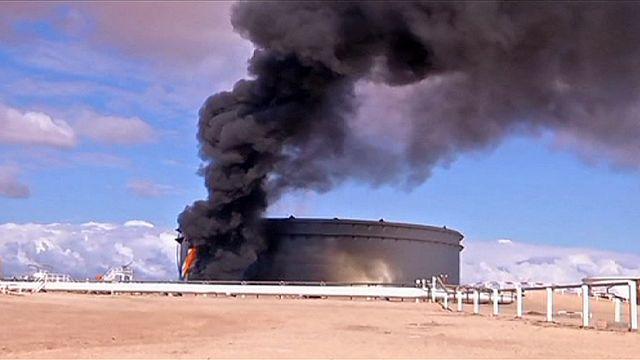 Lángol a líbiai olajkikötő