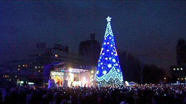 Donetsk accende l'albero di Natale e spera nella fine della guerra in Ucraina