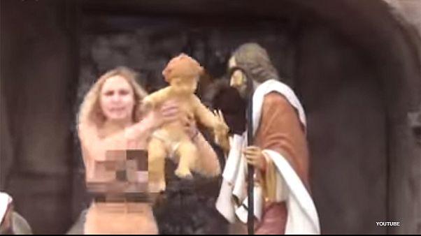 Μία ακτιβίστρια FEMEN πήρε το Θείο Βρέφος από τη φάτνη στο Βατικανό!