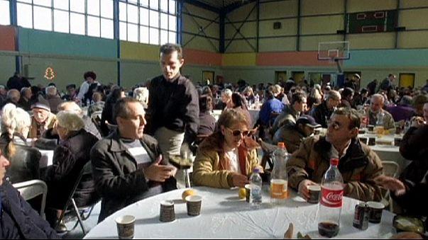 المصالح البلدية في اليونان تقدم وجبة عيد الميلاد للفقراء