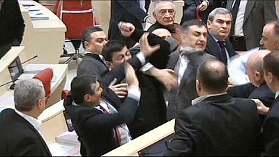 Cena de pancadaria no Parlamento da Geórgia