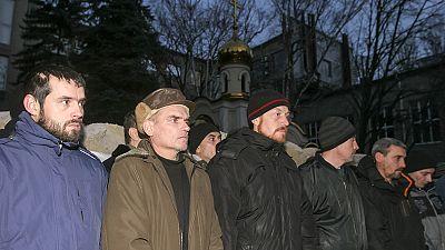 Ucranianos e separatistas pró-russos trocam prisioneiros