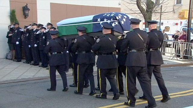 В Нью-Йорке простились с убитым полицейским