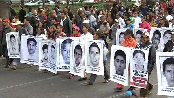 تظاهرة ضخمة في مكسيكو بعد ثلاثة اشهر من فقدان الطلاب الثلاثة والأربعين