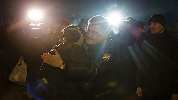Poroshenko accoglie i primi militari ucraini scambiati con i ribelli