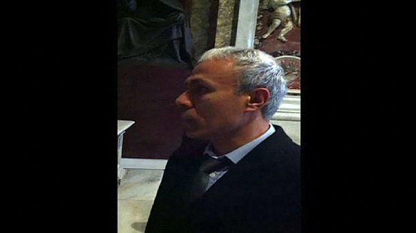 El turco que disparó al papa Juan Pablo II lleva flores a su tumba