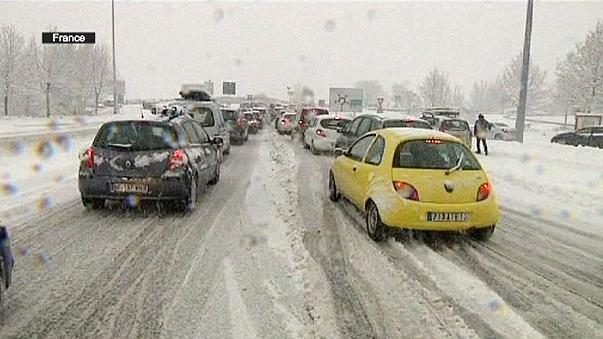 Thousands of cars stranded by snow in French Alps
