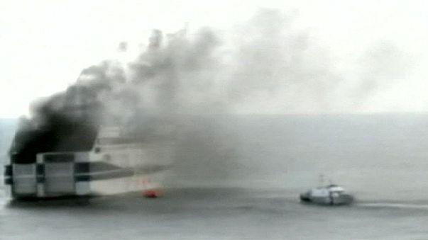 Ferry en flammes et mer déchaînée entre la Grèce et l'Italie