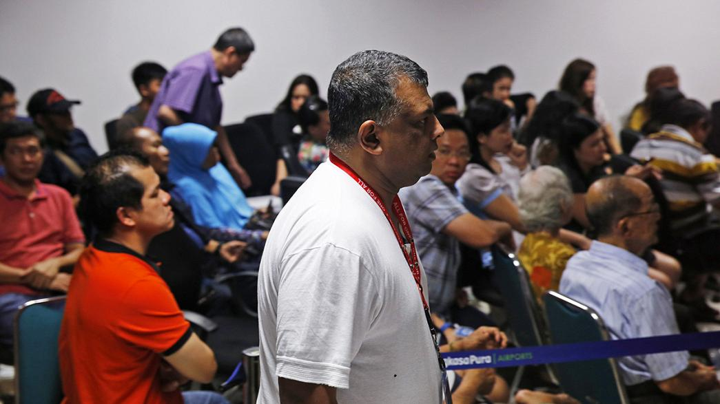 Se suspende hasta la mañana del lunes la búsqueda del avión indonesio desaparecido