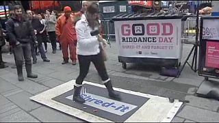 """Stop al """"mal rollo"""" en el Good Riddance Day de Times Square"""