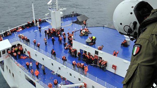 Más de 300 pasajeros rescatados del transbordador incendiado ayer domingo