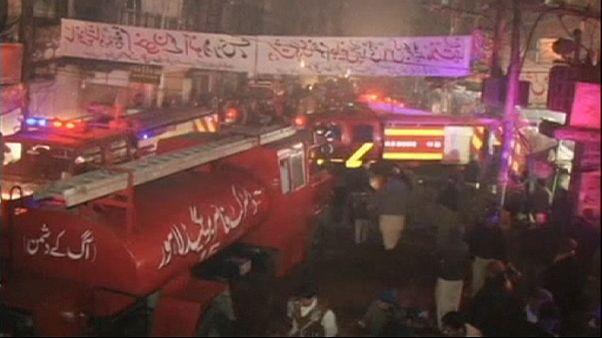 Pakistan'da alışveriş merkezinde yangın: 13 ölü
