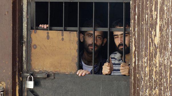 معتقلون في سجن حمص يضربون عن الطعام احتجاجا على استمرار احتجازهم
