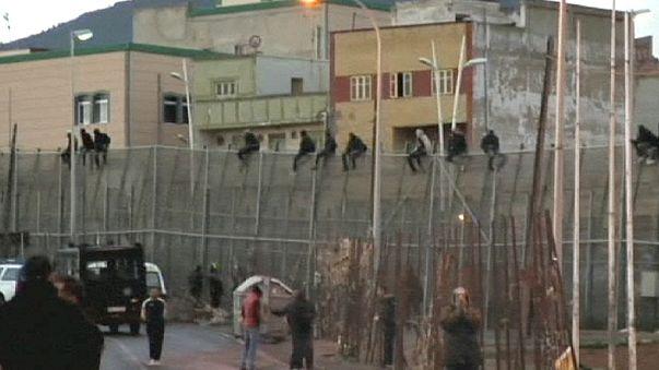 عشرات المهاجرين يجتازون السياج المحيط بجيب مليلية الاسباني شمالي المغرب