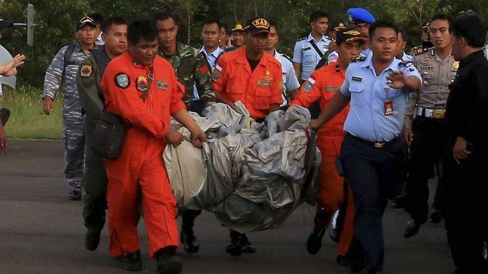 Endonezya uçağının enkazından cesetleri çıkarmak için çalışmalar devam ediyor