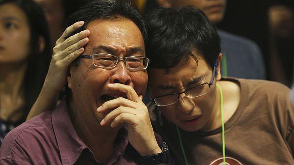 Endonezya'da yolcu yakınları kayıplarının yasını tutuyor