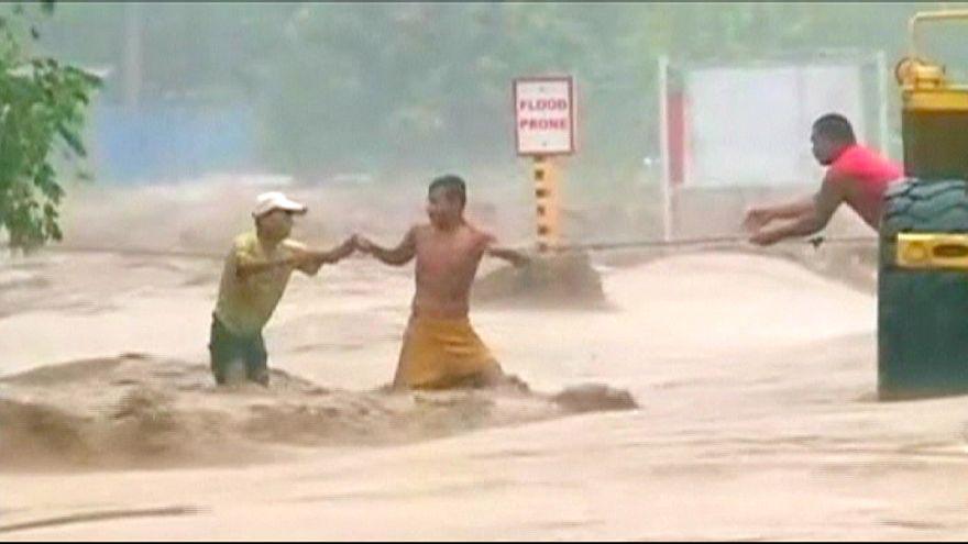 Güney Asya tropik fırtınaya teslim oldu