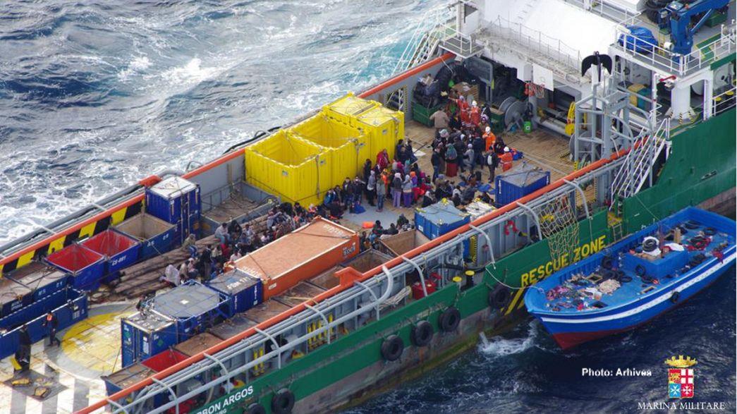 Los guardacostas italianos interceptan un carguero con cientos de inmigrantes a bordo
