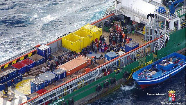 البحرية الإيطالية تفتش سفينة شحن تقل مئات المهاجرين