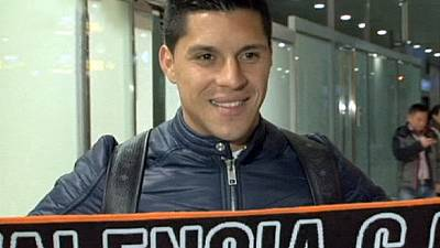 Valencia fans greet Perez at Manises airport