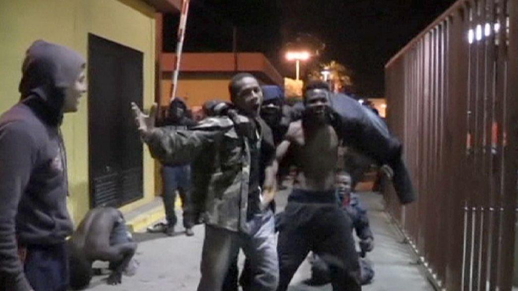 Еще 50 мигрантов прорвались в Мелилью