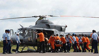 Los equipos de rescate esperan a que mejore el tiempo para seguir buscando el avión de Air Asia en el mar
