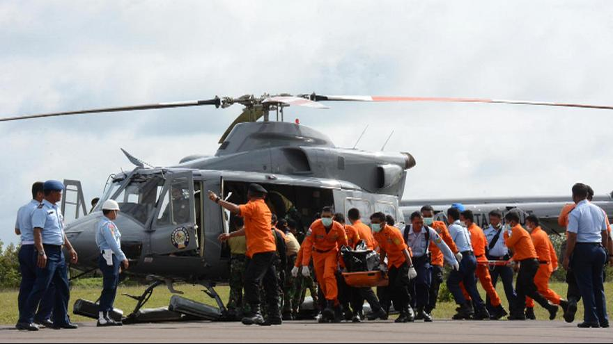 Bad weather hampers dive for lost plane as AirAsia search continues