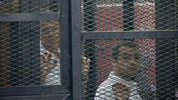 Los periodistas de Al Yazira serán juzgados de nuevo pero seguirán en prisión